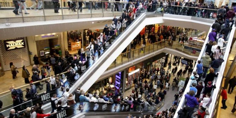 shopping-crowd in January sales