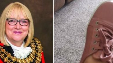 Photo of Mayor with prosthetic leg faced online abuse over wearing flat shoes