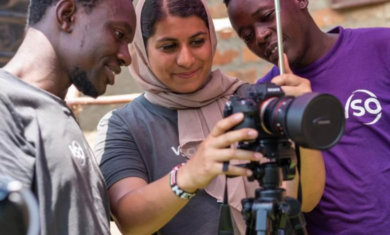 Raabia shares an image on her camera with fellow volunteers