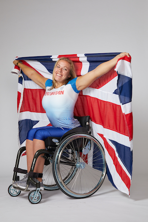 Hannah-Cockroft-holding-a-Union-Jack-flag-celebrating